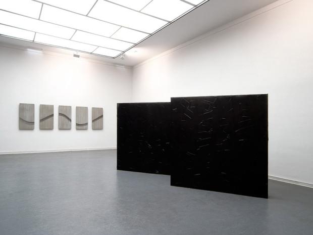 """HZ, o.T., 2007, Acryl und Sprühlack auf Holz, je 190 x 190 cm, Ausstellungsansicht """"still on and non the wiser"""", Kunsthalle Barmen, Wuppertal"""