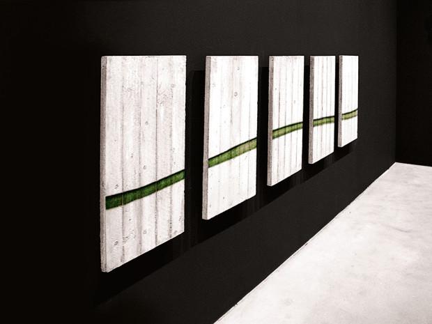 """HZ, Destroy Line, 2007, Sprühlack auf Beton, 99 x 330 cm, Ausstellungsansicht """"Wakin Up Nights"""", De Pury, Zürich, Schweiz"""